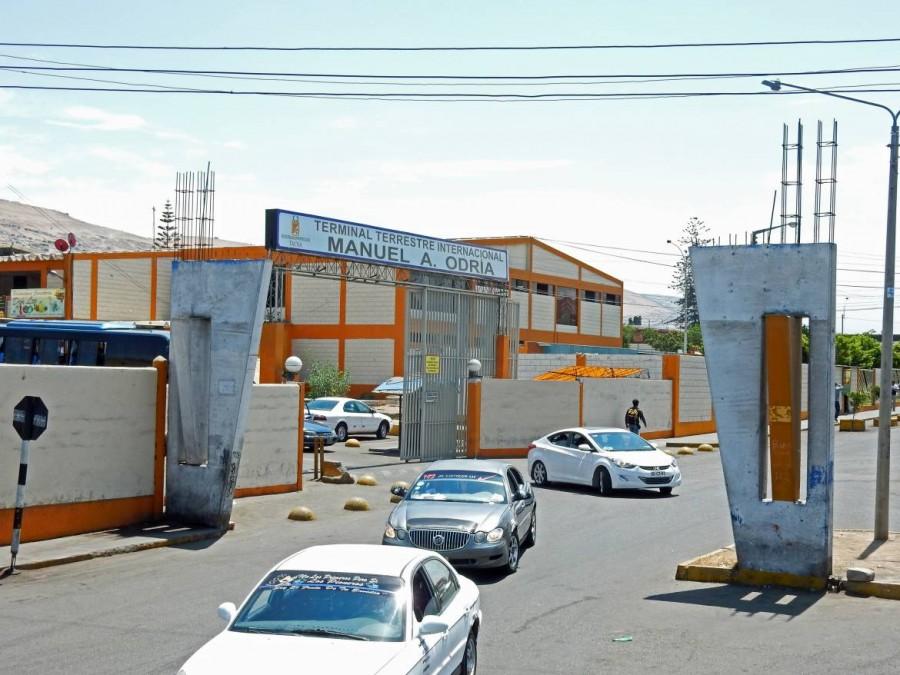 Chile | Peru, Colectivos am Terminal Terrestre Internacional, dem internationalen Busbahnhof in Arica, auf dem Weg zur Grenze