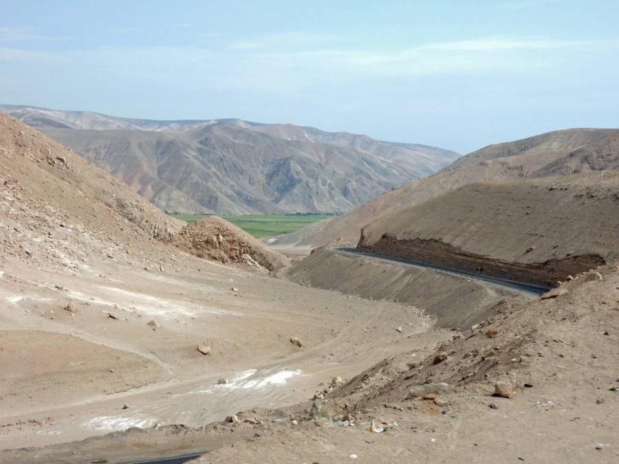 Peru | Chile, Wüstenlandschaft zwischen Tacna und Arequipa. Blick auf die hügeligen Wüstenberge