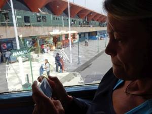 Peru | Chile, Ankunft in Arequipa am Busbahnhof nach der Fahrt von Tacna nach Arequipa. Karin dokumentiert den Reiseverlauf auf ihrem iphone