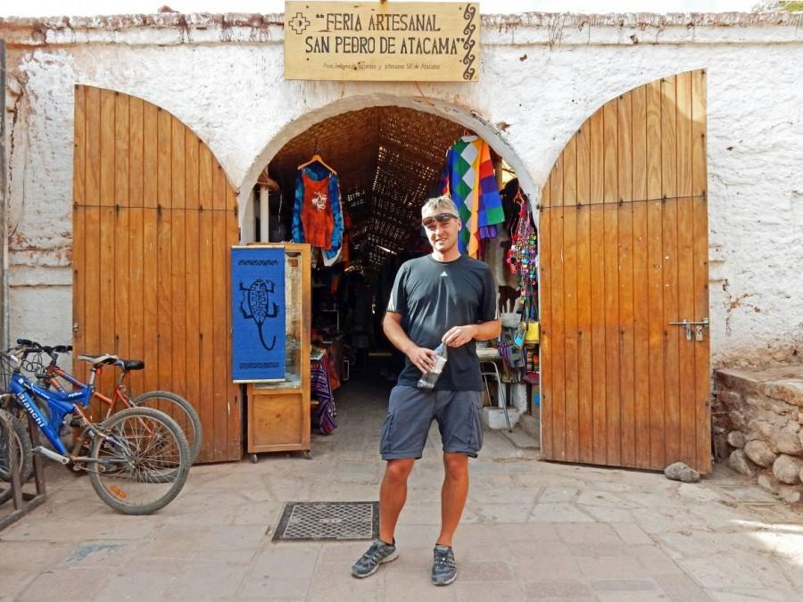 Chile | Feria Artesanal, der Markt in San Pedro de Atacama. Henning am Eingang durch die Gasse in der Souvenirs verkauft werden