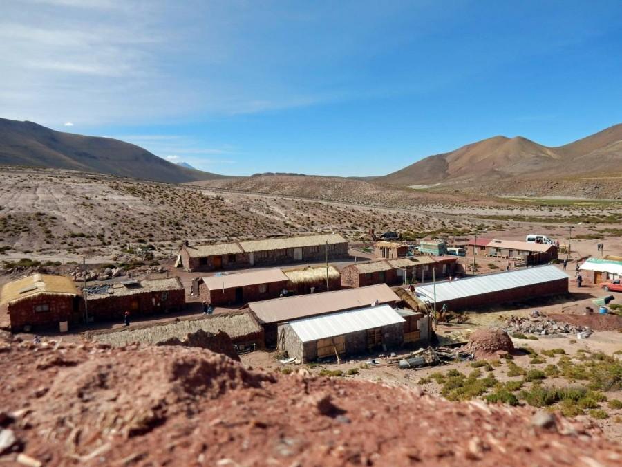 Chile | Atacama-Wüste, Blick auf das auf 4.100 m hoch gelegene Dorf Machuca beim Besuch im Rahmen der Tatio Geysir Tour