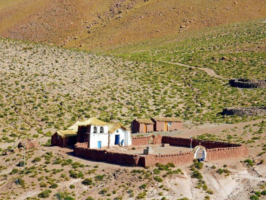 Atacama-Wüste| interessante Orte: Blick von oben auf die Kirche im Dorf Machuca auf 4.100 m