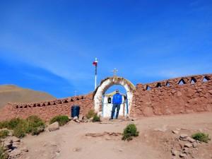 Chile | Atacama-Wüste, Eingang zur Kirche im Dorf Machuca bei m Besuch im Rahmen der Tatio Geysir Tour