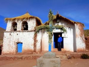Chile | Atacama-Wüste, Kirche im Dorf Machuca bei m Besuch im Rahmen der Tatio Geysir Tour. Henning steht am Eingang zur Kirche