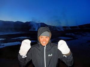 Chile | Atacama-Wüste, Schutz gegen die Kälte bei Temperaturen um den Gefrierpunkt im Gebiet der Tatio Geysire. Karin mit Socken als Handschuhen und dick mit Kapuze eingepackt