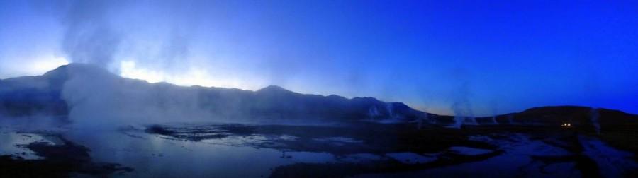 Chile | Atacama-Wüste, Panorama noch vor Sonnenaufgang auf 4.280 im Gebiet der Tatio Geysire. Dampfende heiße Quellen