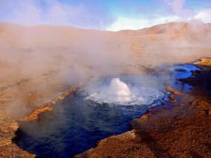 Chile | Atacama-Wüste, brodelnde heiße Quelle im Gebiet der Tatio Geysire bei Sonnenschein