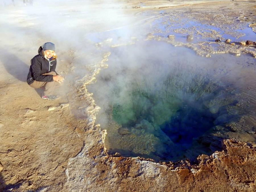 Chile | Atacama-Wüste, Bis zu 86 °C ist das Wasser der heißen Quelle im Gebiet der Tatio Geysire. Karin sitzt am Rand einer brodelnden Quelle