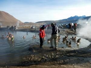 Chile | Atacama-Wüste, Badevergnügen in den heißen Quellen im Gebiet der Tatio Geysire. Touristen baden im heißen Wasser