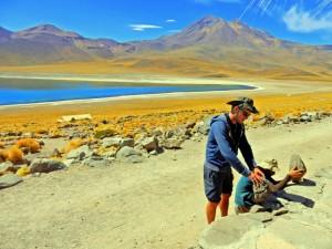 Chile | Atacama-Wüste, Kann das Vulkangestein stehen? Test von Henning und unserem Guide in der Laguna Miscanti