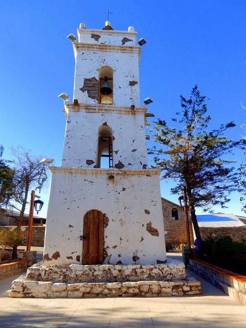 Chile | Atacama-Wüste, Glockenturm in Toconao am Plaza de Armas. Blick auf den weißen aus Lehm gebauten Turm mitten auf dem Platz
