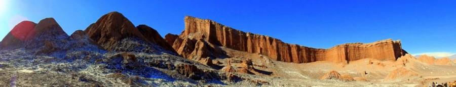 Chile | Atacama-Wüste, Panorama auf eine Felswand bei blauem Himmmel beim Spaziergang durch das Tal des Mondes, Valle de la Luna