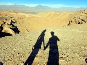 Chile | Atacama-Wüste, Tal des Mondes, Valle de la Luna mit dem Vulkan Lincancabur im Hintergrund. Der Schatten von Karin und Henning im Vordergrund