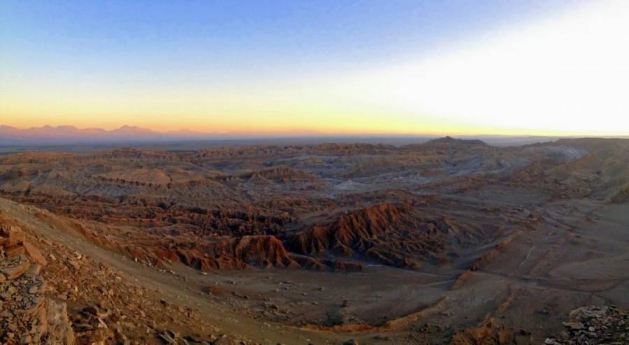 Atacama-Wüste| Sehenswürdigkeiten: Panorama bei Sonnenuntergang vom Aussichtspunkt Piedra Coyote im Tal des Mondes, Valle de la Luna. Blick auf die hügelige Mondlandschaft