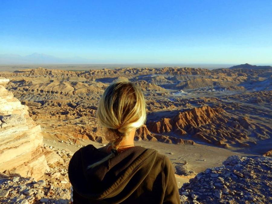 Chile | Atacama-Wüste, Karin von Hinten mit Blick auf die hügelige Mondlandschaft kurz vor dem Sonnenuntergang im Tal des Mondes, Valle da la Luna