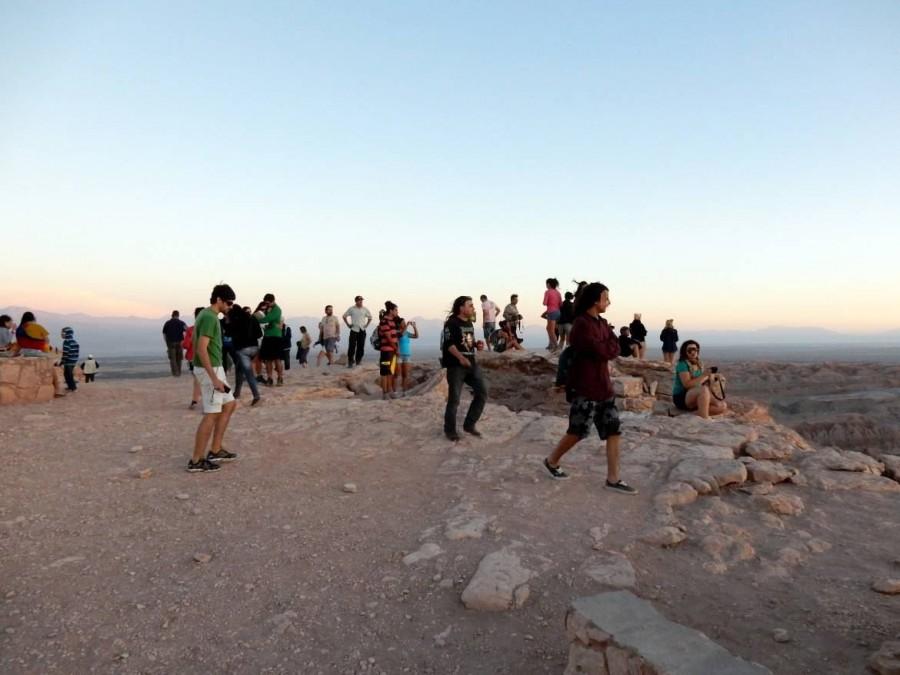 Chile | Atacama-Wüste, Die Realität beim Sonnenuntergang im Valle de la Luna, Tal des Mondes. Zahlreiche Touristen beim Fotografieren des Tals