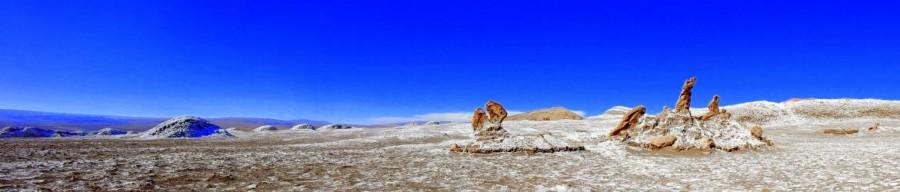 Atacama-Wüste| Sehenswürdigkeiten: Panorama der Tres Marias im Tal des Mondes. Blick auf drei aus Salz aufragenden Formationen bei blauem Himmel