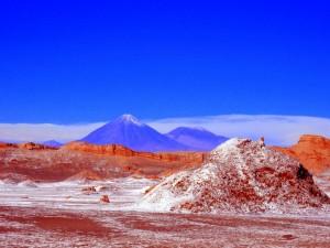 Atacama-Wüste| Sehenswürdigkeiten: Blick auf den Vulkan Licancabur im Valle de la Luna, Tal des Mondes