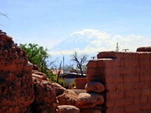 Chile | San Pedro de Atacama, Vulkan Licancabur. Blick auf den rauchenden Vulkan aus Sicht der Stadt