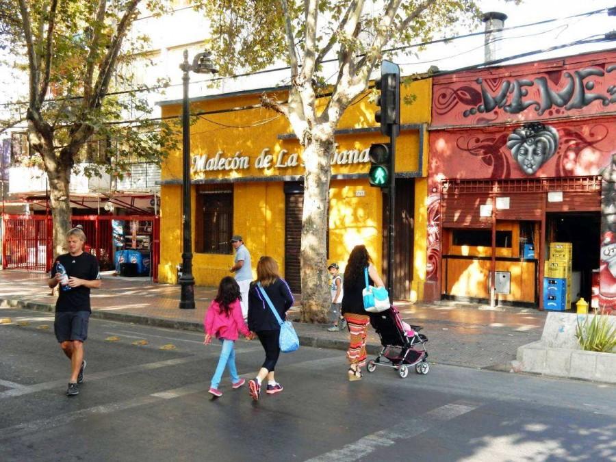 Chile | Stadtviertel Bellavista in Santiago. Henning läuft über die Straße im bunten Stadtteil Bellavista