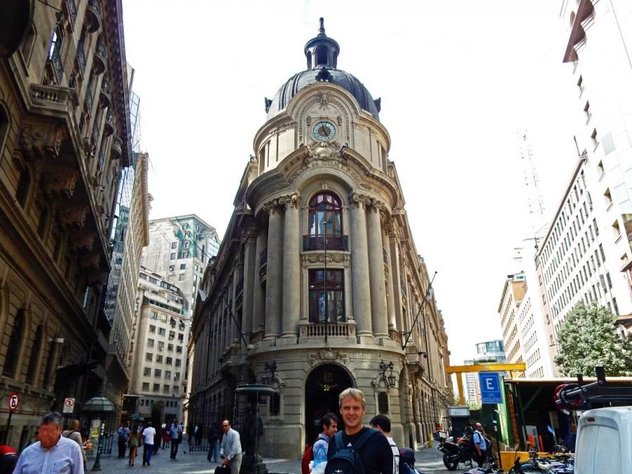 Chile | Bolsa de Comercio in Santiago. Henning steht vor dem dreieckig gebauten Gebäude der Börse