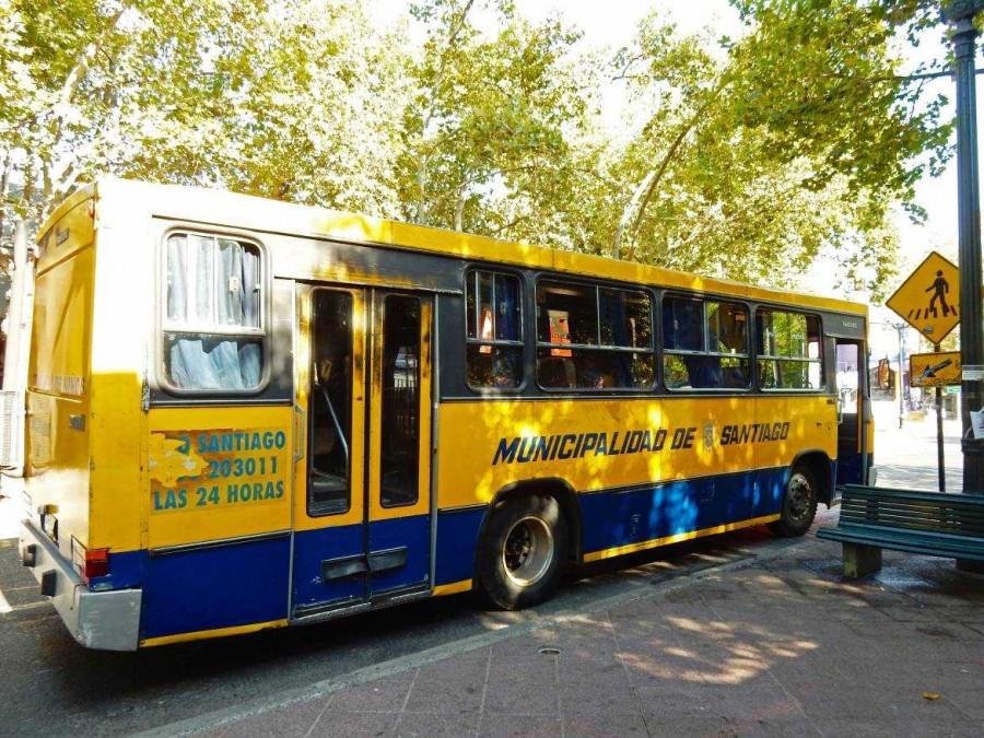 Chile | Regionaler Bus in Santiago. Nahaufnahme eines gelb blauen Stadtbusses