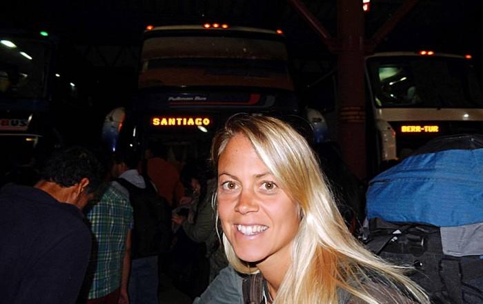 Busfahren | Chile: Auf dem Weg nach Santiago am Busbahnhof in Temuco. Karin wartet vor dem Bus nach Santiago