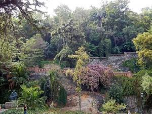 Chile | Castillo Hidalgo in Santiago von Innen. Grün bewachsene Oase auf einem Hügel mitten im Zentrum