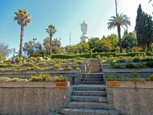 Santiago de Chile | interessante Orte: Sitzplätze des Amphitheater auf dem Cerro San Cristobal mit der Statue der Jungfrau Maria im Hintergrund