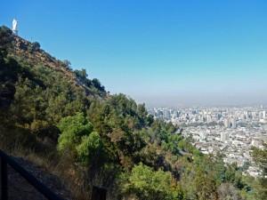 Chile | Panorama auf dem Weg auf den Cerro San Cristobal in Santiago. Blick auf die Stadt, den grün bewachsenen Berg und die Statue der Jungfrau Maria