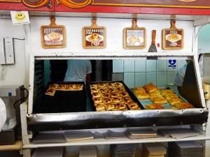 Chile | Empanadas im Restaurant Empanadas Zunino in der Nähe des zentralen Markt in Santiago. Blick über die Theke auf verschieden gefüllte Teigtaschen