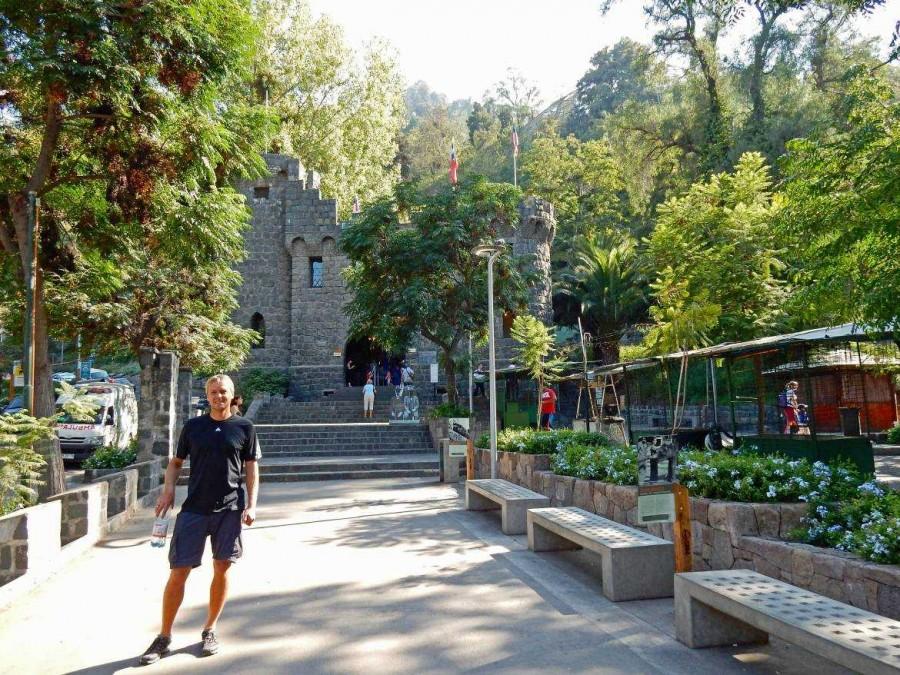Santiago de Chile | interessante Orte: Funicular (Seilbahn) am Fuße des Cerro San Cristobal. Henning im Vordergrund der Seilbahn-Station auf einem mit Bänken gesäumten Weg