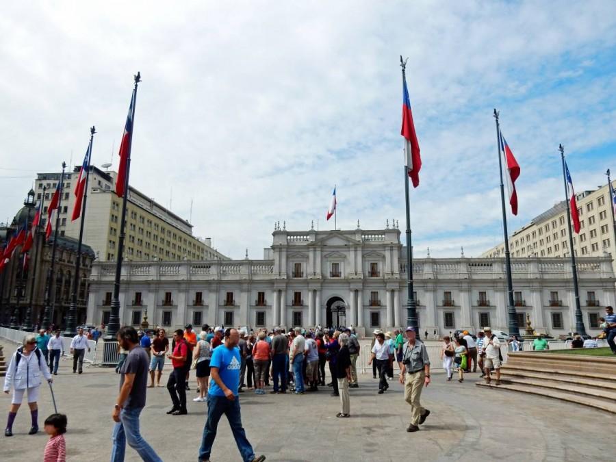 Santiago de Chile | Sehenswürdigkeiten: Blick auf den Präsidentenpalast Palacio Moneda am Plaza de Armas. Touristen stehen auf dem Platz vor dem weißen Regierungsgebäude