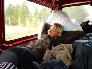Chile | Temuco, Camping im Conguillio National Park. Karin liegt entspannt im Bus und genießt die Aussicht