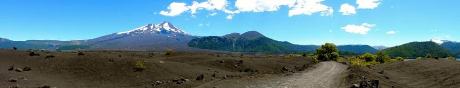 Chile | Temuco, Panorama im Conguillio National Park. Blick auf den Vulkan Llaima und die Schotterstraße durch die Vulkanlandschaft