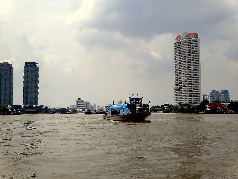 Thailand | Chao Phraya River Express Boot in Bangkok. Boot auf dem Fluss mit der Stadt im Hintergrund