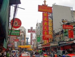 Interessante Orte | Stadtteil Chinatown in Bangkok. Bunte Schilder mit chinesischen Schriftzeichen prägen die Häuser