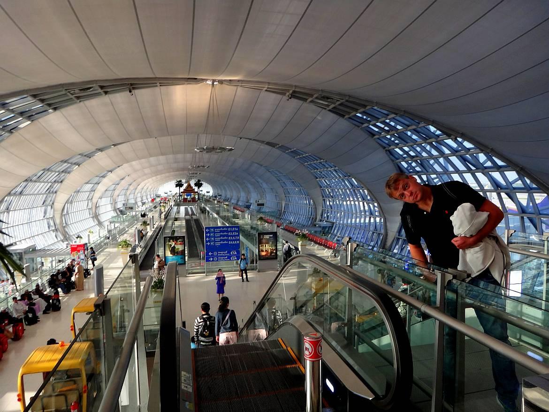 Thailand | Gates am internationalen Flughafen Bangkok Suvarnabhumi. Henning steht auf der Rolltreppe die zu den Abfluggates führt