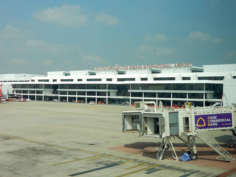 Thailand | Flughafen Don Mueang International Airport in Bangkok. Blick vom Flieger aus auf das Flughafengebäude
