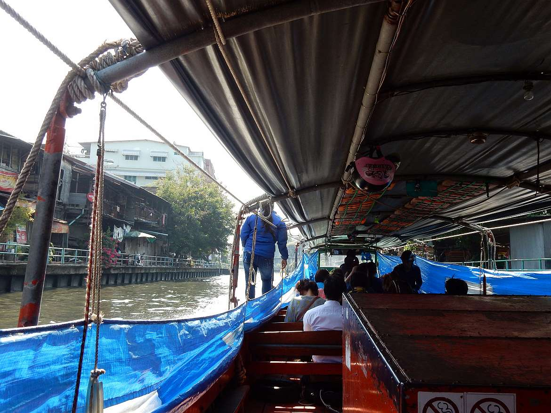 Thailand Tipps | Khlong Saen Seap Kanalboot in Bangkok. Fotografiert von Bord des Bootes das den Kanal entlang fährt