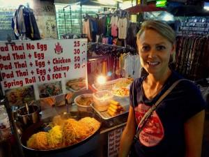 Thailand | Pad Thai Rollwagen auf der Khao San Road. Karin lächeln im Vordergrund