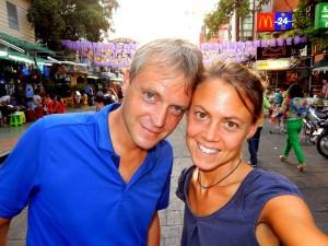 Thailand | Khao San Road in Bangkok bei Tag. Karin und Henning im Vordergrund der berühmten Backpacker Straße