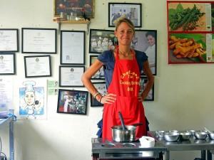 Thailand | Chefkoch Karin beim Besuch der Kochschule in Bangkok. Stolz steht Karin am Herd hinter ihrem Kochtopf