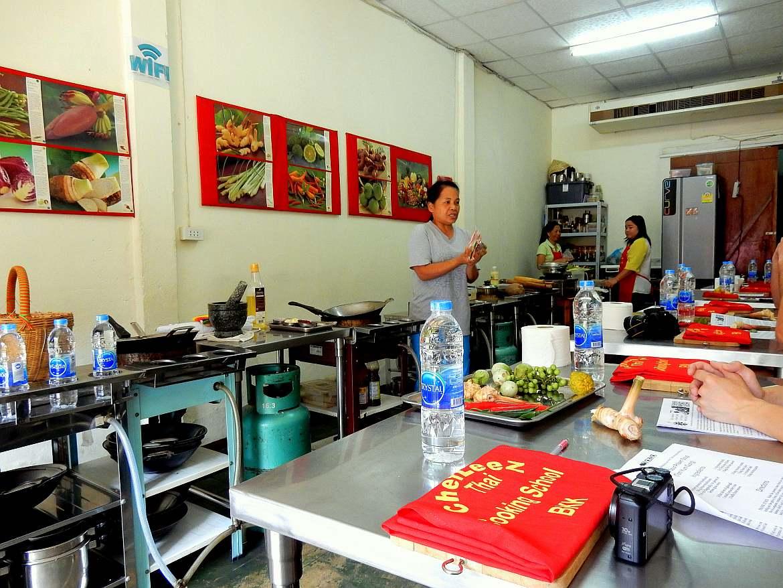 Thailand | LeeZ gibt Anweisungen in ihrer Kochschule Chef LeeZ Thai Cooking in Bangkok