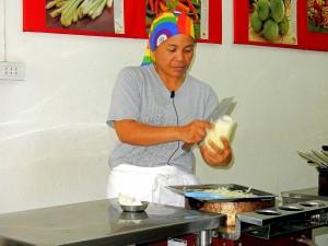 Thailand | JeeZ bei der Zubereitung von Green Papaya Salad in ihrer Kochschule in Bangkok. die zu unseren Tipps der Touren gehören