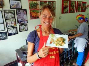 Thailand | Lecker Pad Thai selbst gekocht in der Kochschule in Bangkok. Karin hält stolz den Teller mit Pad Thai in die Kamera