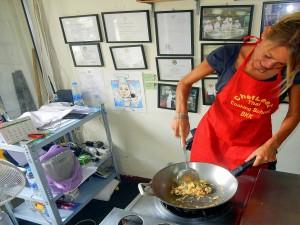 Thailand | Pad Thai Zubereitung in der Kochschule in Bangkok. Karin rührt in ihrem Wok