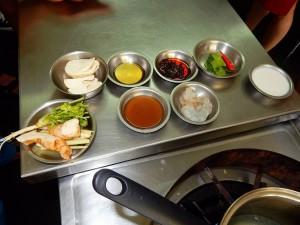 Thailand | Tom Yum Gung Zutaten in kleinen Schälchen in der Kochschule in Bangkok