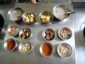 Thailand | Masamam Curry Zutaten in der Kochschule in Bangkok. Verschiedene Schalen mit den Gewürzen des Currys
