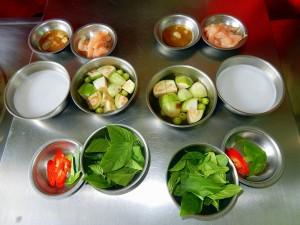 Thailand | grünes Thai Curry Zutaten in kleinen Schälchen in der Kochschule in Bangkok